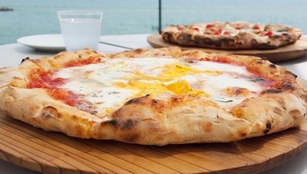 海を見ながらのピザ